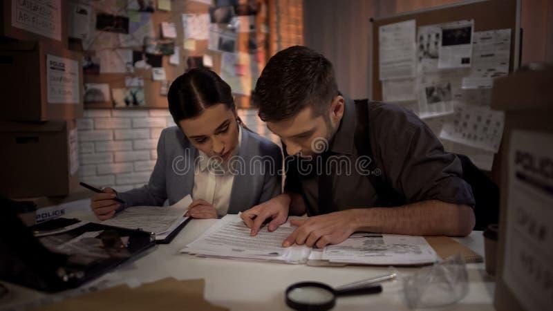 Dwa prawnika obronnego pracuje przez noc i znajduje odpowiedź w ściśle tajny kartotekach obrazy royalty free