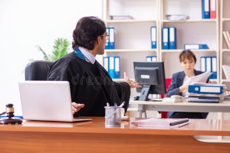 Dwa prawnika pracuje w biurze obrazy stock