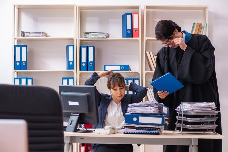Dwa prawnika pracuje w biurze zdjęcia royalty free