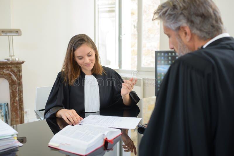 Dwa prawnika w spotkaniu zdjęcie royalty free