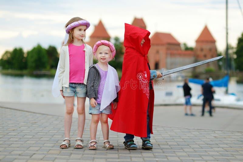 Dwa princesses i rycerz ma zabawę outdoors obraz stock