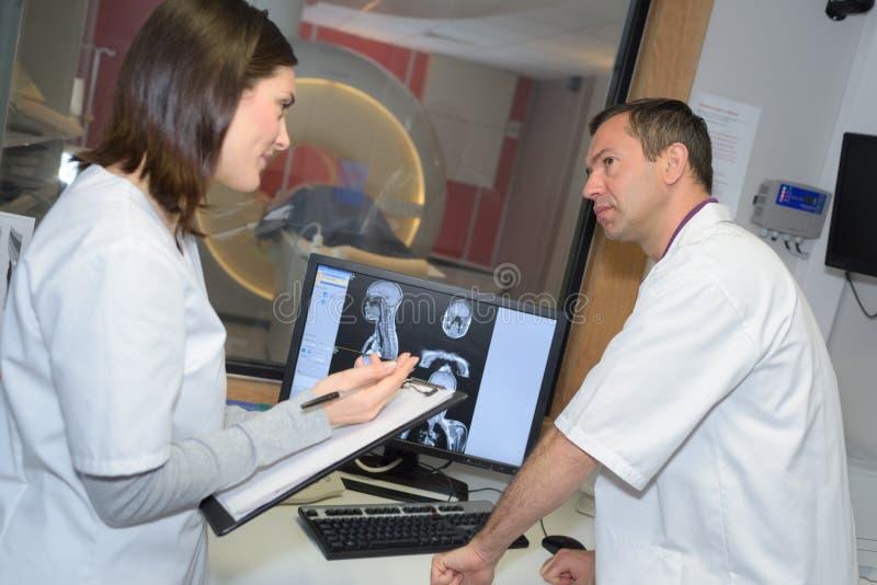 Dwa promieniowania rentgenowskiego filmu doktorski egzamininuje pacjent obrazy stock
