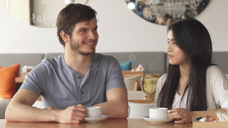 Dwa przyjaciół gadka przy kawiarnią zdjęcie stock