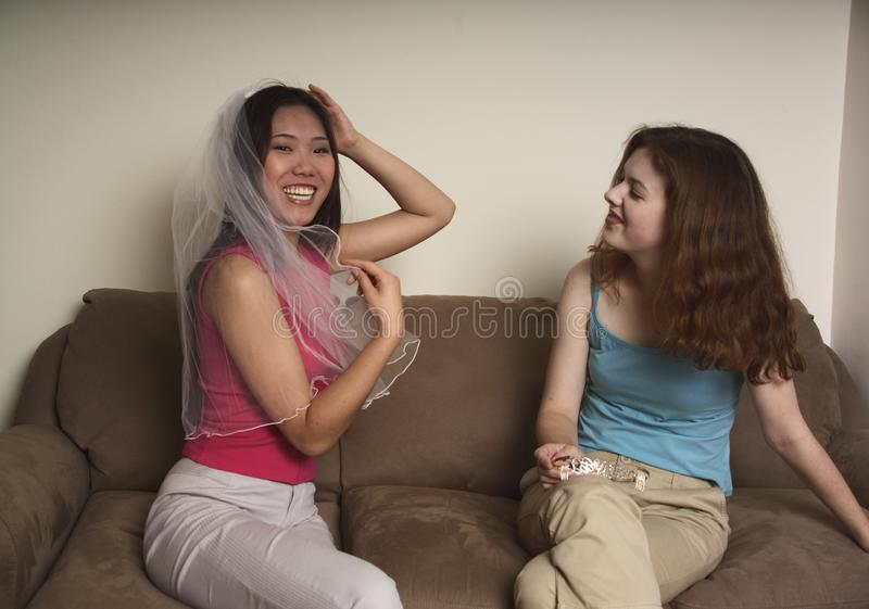 Dwa przyjaciela śmia się o ślubie zdjęcia stock