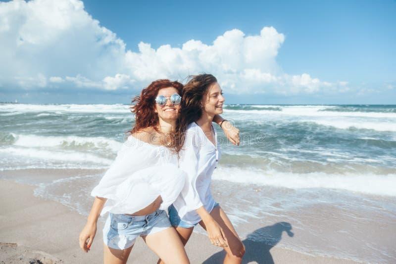 Dwa przyjaciela chodzi na plaży zdjęcia royalty free