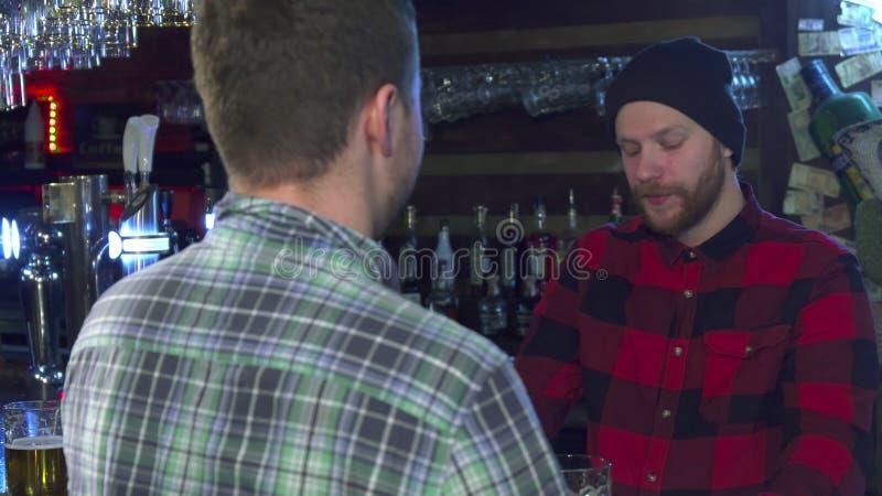 Dwa przyjaciela gawędzi przy pubem zdjęcie royalty free