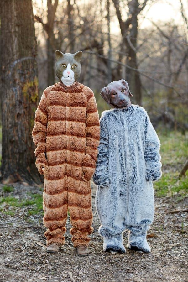 Dwa przyjaciela jest ubranym kota i psa karnawału kostiumy obrazy stock