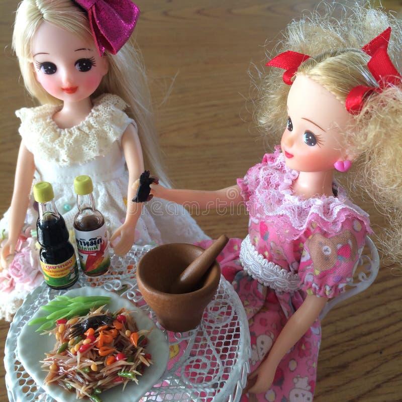 Dwa przyjaciela są cieszą się łasowania Som Tama Korzenna yummy melonowiec sałatka fotografia royalty free