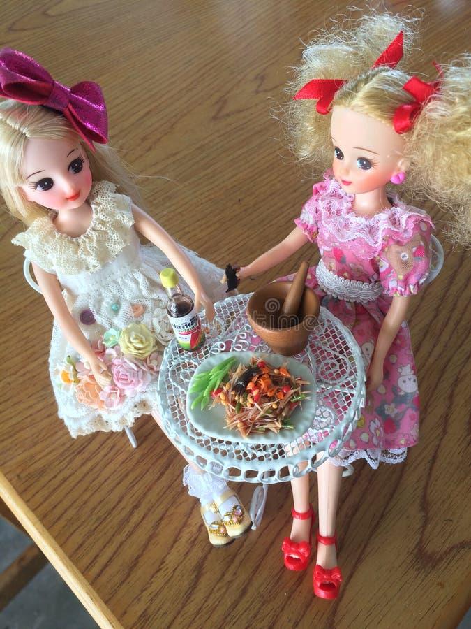 Dwa przyjaciela są cieszą się łasowania Som Tama Korzenna yummy melonowiec sałatka fotografia stock