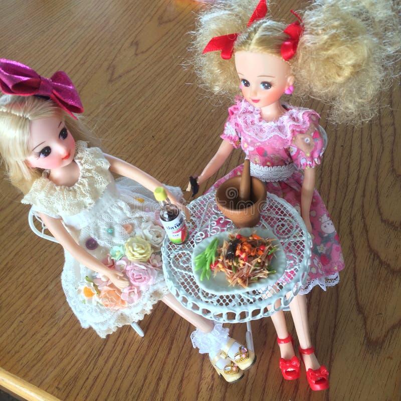 Dwa przyjaciela są cieszą się łasowania Som Tama Korzenna yummy melonowiec sałatka zdjęcia stock