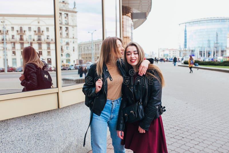 Spotyka się z dziewczyną, która ma przyjaciół