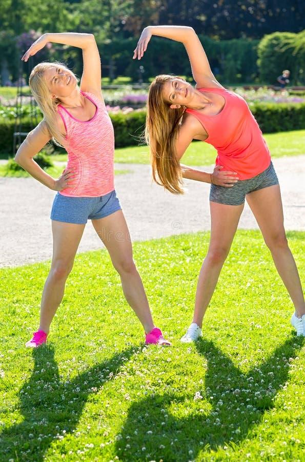 Dwa przyjaciela w skrótach ćwiczy joga pozy obrazy stock