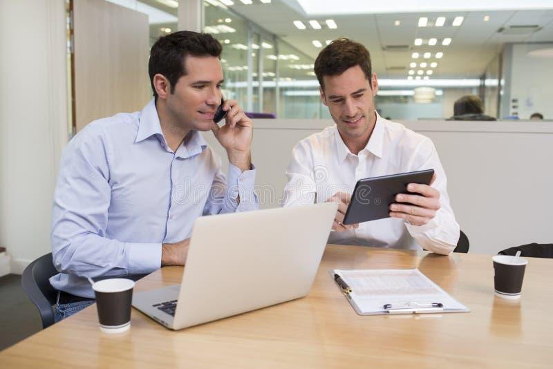 Dwa przypadkowego biznesmena pracuje wpólnie w nowożytnym biurze z losem angeles zdjęcie stock
