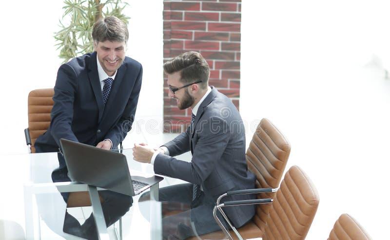 Dwa przystojnego biznesmena dyskutuje kontrakt w nowożytnej sala konferencyjnej zdjęcia royalty free