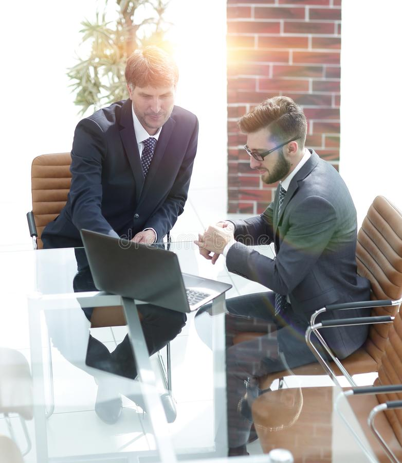 Dwa przystojnego biznesmena dyskutuje kontrakt w nowożytnej sala konferencyjnej zdjęcie royalty free
