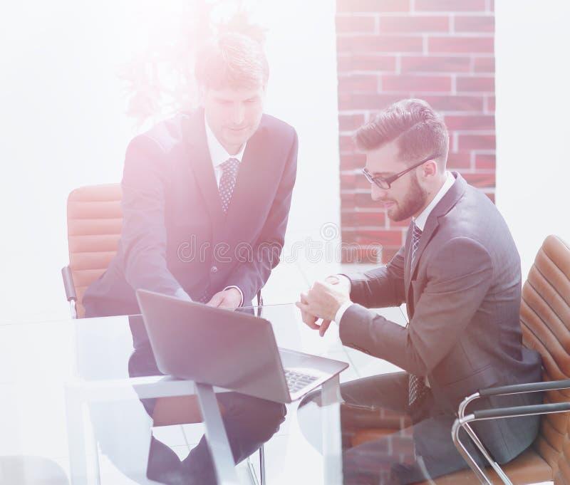 Dwa przystojnego biznesmena dyskutuje kontrakt w nowożytnym conferenc zdjęcie stock