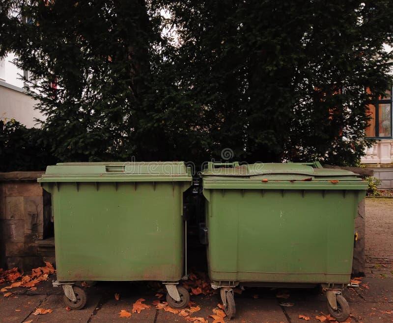 Dwa pudełka na śmieci zainstalowane na ulicy do oddzielnej zbiórki śmieci obrazy royalty free