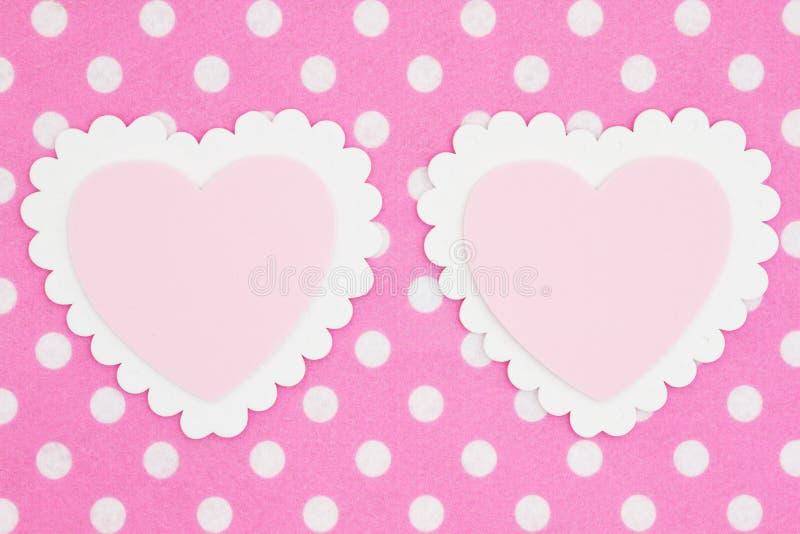 Dwa pustego białego, różowych serca na jaskrawym polki kropki tkaniny tle i obraz royalty free