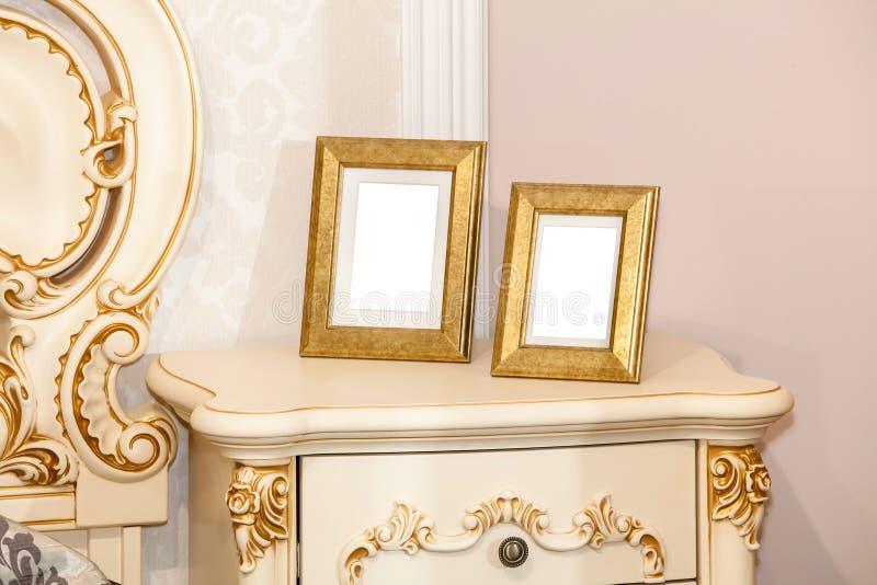 Dwa pustych miejsc fotografii rama na klatce piersiowej kreślarzi obraz stock