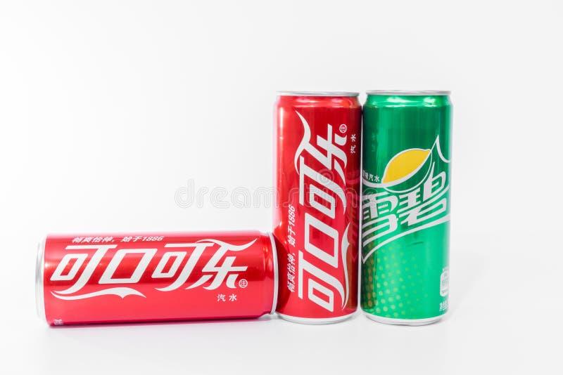 Dwa puszek koka-kola i może sprite pisać w chińczyku obrazy stock