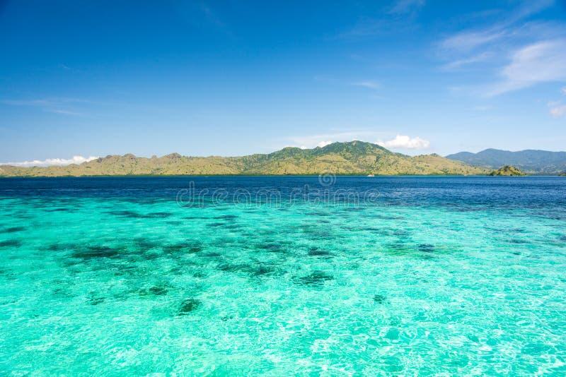 Dwa Różny kolor Jasny turkus i Błękitny morze przy Taka Makassar wyspą obrazy stock