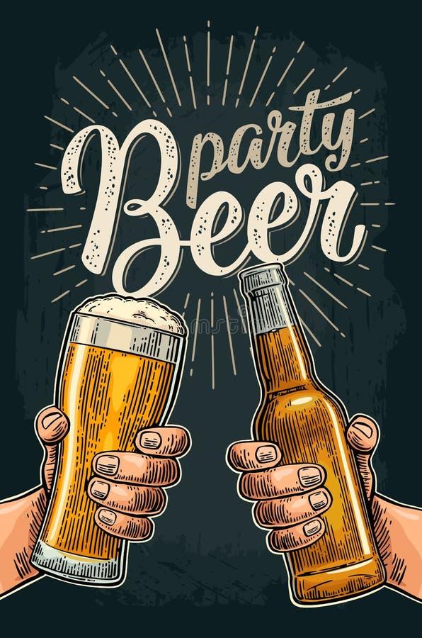 Dwa ręki trzyma i clinking z piwnymi szkłami i butelką ilustracji