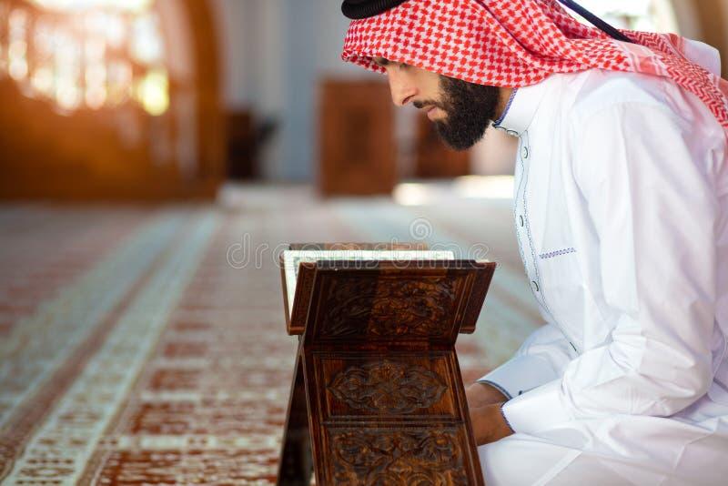 Dwa religijny muzułmański mężczyzna ono modli się wpólnie wśrodku meczetu zdjęcie stock