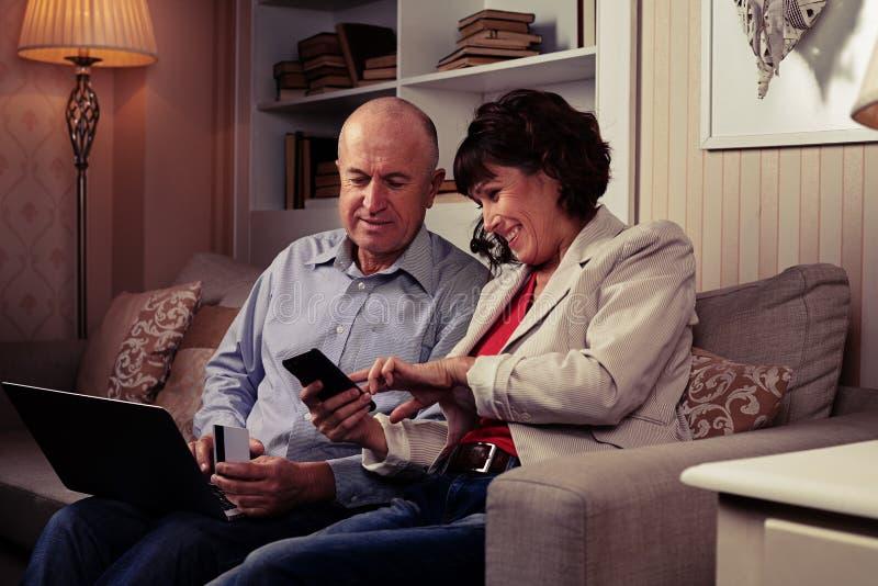 Dwa riant ludzie patrzeje telefon i śmiać się fotografia royalty free