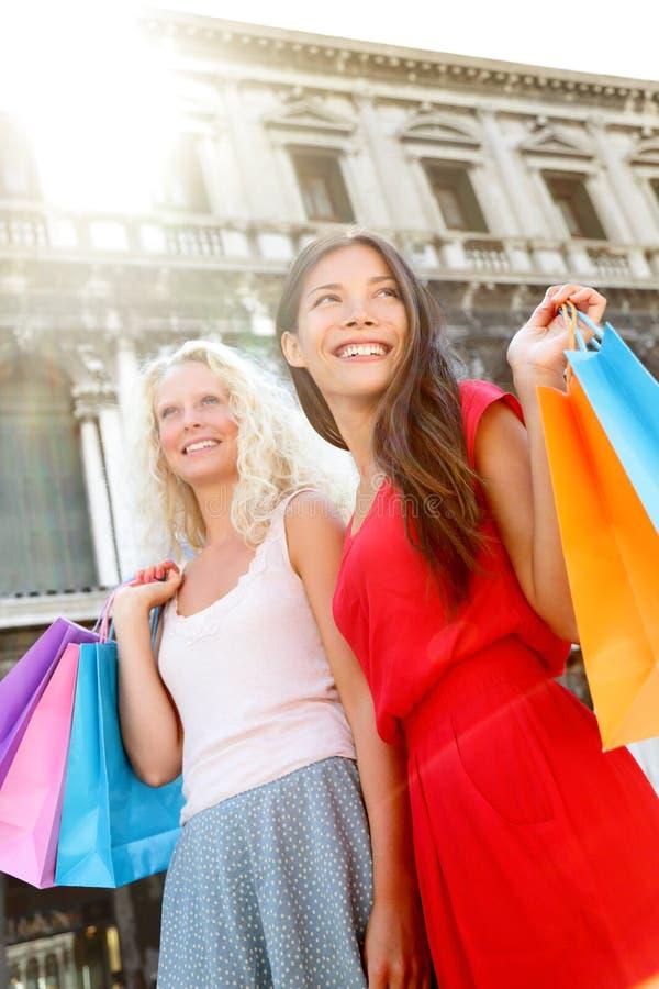 Dwa robią zakupy kobiety w Wenecja, Włochy zdjęcie stock