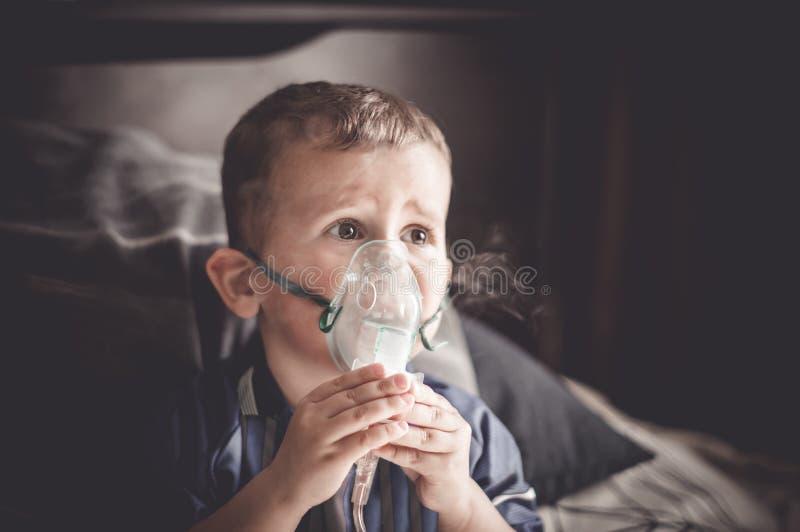 Dwa roczniaka chłopiec robi inhalacji z nebulizer w domu zdjęcia stock
