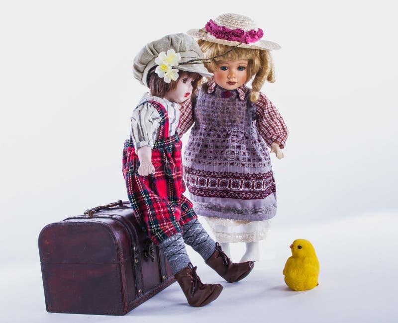 Dwa rocznik porcelany lali z kurczątkiem Wielkanocna domowa scena zdjęcia royalty free