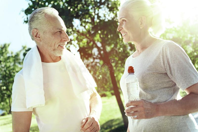 Dwa rodzaju starszego ludzie opowiada w uroczym parku zdjęcie royalty free