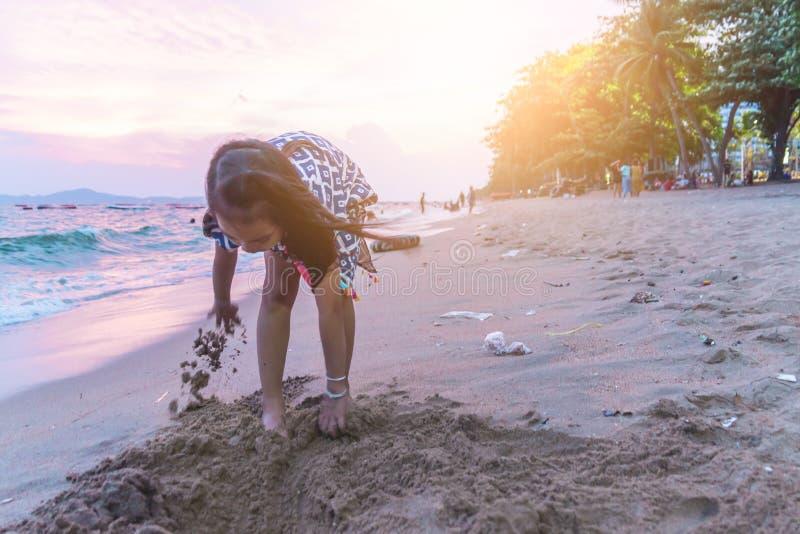 Dwa rodzeństwa dziecka bawić się z falą i piaskiem w Pattaya Wyrzucać na brzeg Tajlandia zdjęcia royalty free