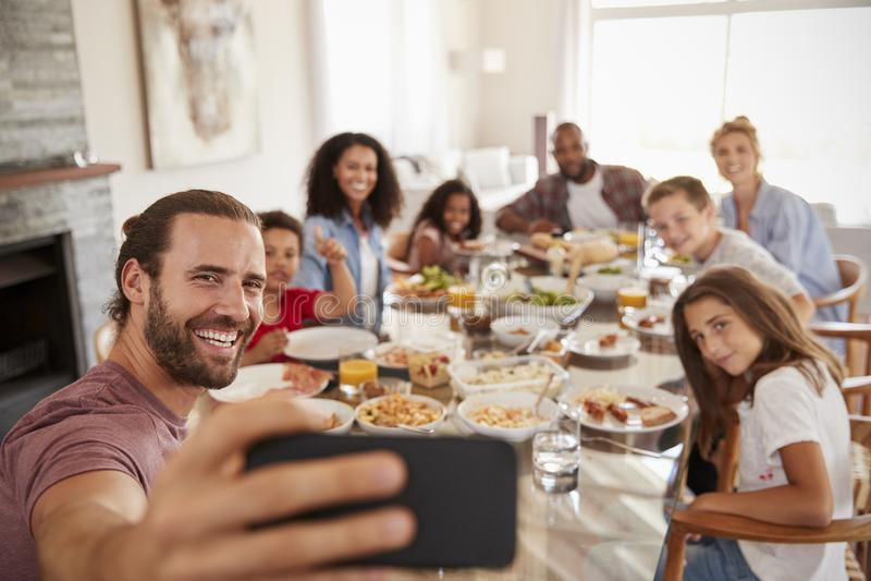 Dwa rodziny Bierze Selfie Gdy Cieszą się posiłek W Domu Wpólnie zdjęcie stock