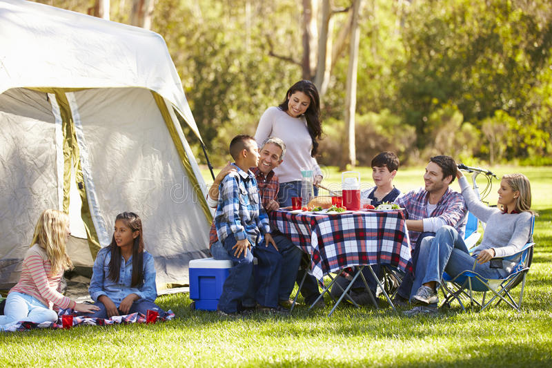 Dwa rodziny Cieszy się Campingowego wakacje W wsi fotografia royalty free