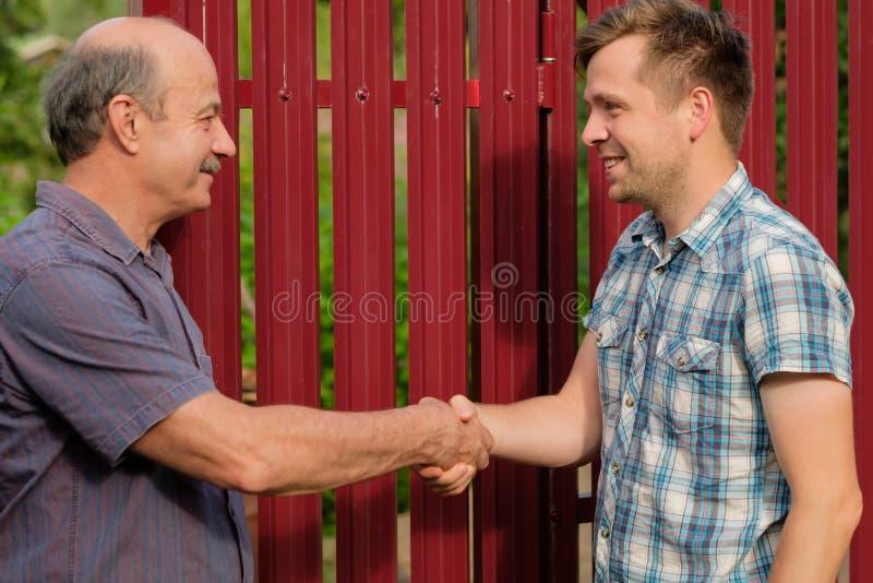 Dwa rolnika trząść ręki i takling each inny zdjęcie stock