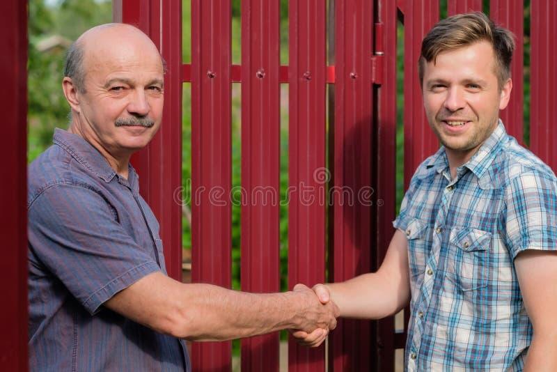 Dwa rolnika trząść ręki i takling each inny obraz royalty free