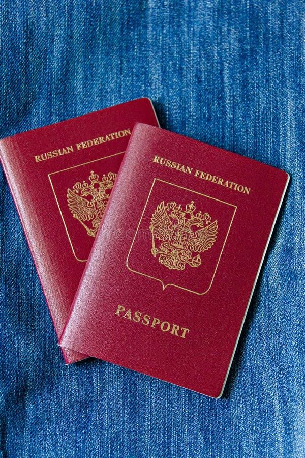 Dwa rosjanów paszport podróżować na błękitnym tle zdjęcia stock