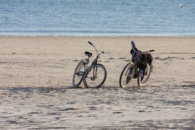 Dwa roweru na Pustej plaży fotografia royalty free