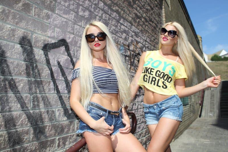 Dwa rozochoconej blondynki zdjęcie stock