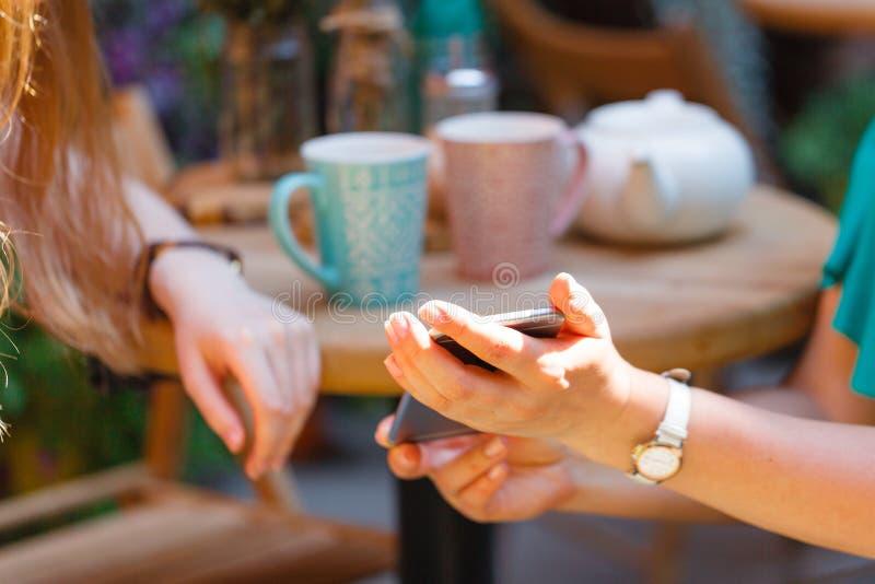 Dwa rozochoconej kobiety ma życzliwą gadkę w kawiarni zdjęcia royalty free