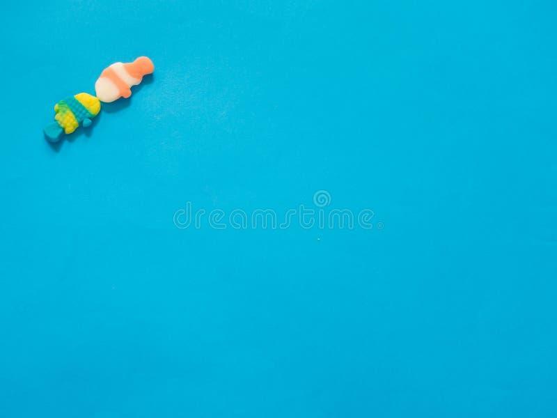 Dwa ryba galaretowego cukierku całuje na błękitnym tle zdjęcia stock