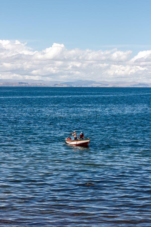 Dwa rybaka na łodzi w Amantani wyspie, Titicaca jezioro, Peru obrazy stock