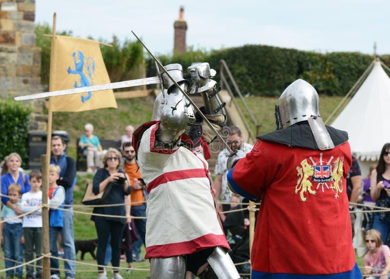 Dwa rycerza w średniowiecznej batalistycznej sukni walczą z kordzikami fotografia royalty free