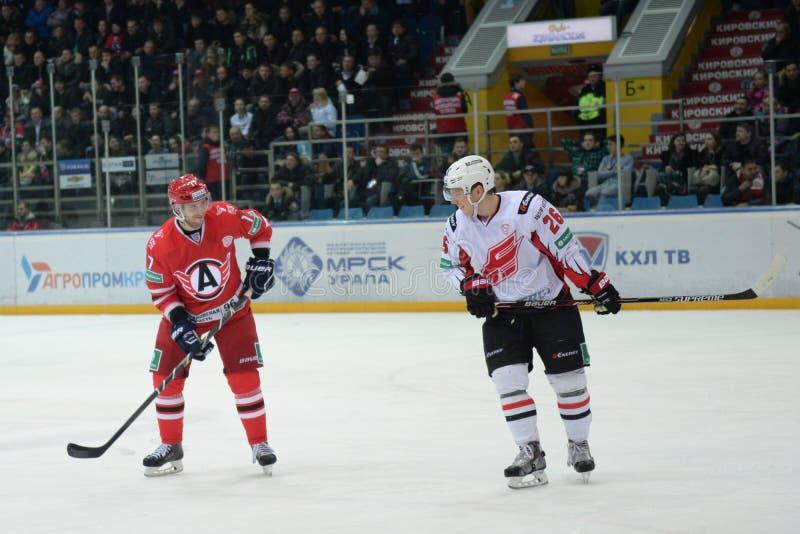 Dwa rywalizujący gracz w hokeja ono uśmiecha się przy each inny zdjęcia royalty free