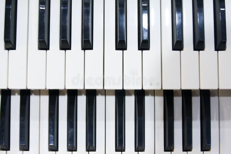 Dwa rzędu czarny i biały klucze stary instrument muzyczny, organ fotografia royalty free
