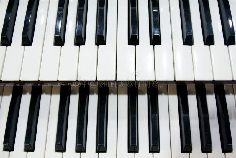 Dwa rzędu czarny i biały klucze stary instrument muzyczny, organ obrazy royalty free