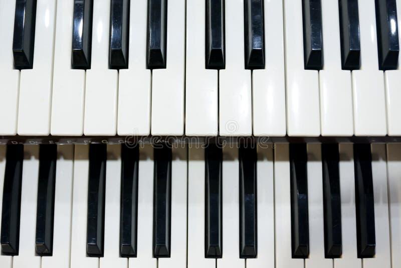 Dwa rzędu czarny i biały klucze stary instrument muzyczny, organ obrazy stock