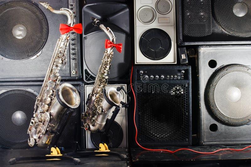Dwa saksofony na tle urządzeń studia muzycznego obraz royalty free