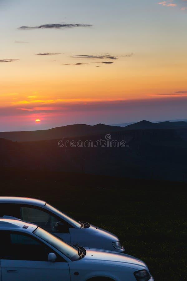 Dwa samochodów parking w góry wschód słońca przygod turystyki Auto podróży Wcześnie rano obrazy stock